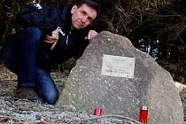 Jan Měšťan u památníku Bohumila Hasila.