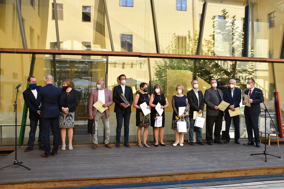 Oficiální poděkování zástupcům složek IZS v městské knihovně.