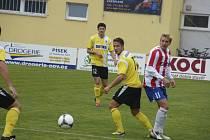 Písecký kanonýr Jan Zušťák (vpravo) bojuje o míč s hostujícím Jaroslavem Malým v zápase České fotbalové ligy, ve kterém Písek doma podlehl Domažlicím 1:2.