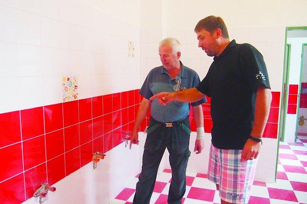 SPOKOJENÍ. Průběh rekonstrukce a její dosavadní výsledek  v Základní škole J. K. Tyla Písek si pochvaloval ředitel školy Pavel Koc (vpravo) a pracovník údržby Petr Hrček.