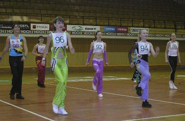 Na snímku jsou závodnice Natalie Nováková (č.96), Veronika Kubecová (č.92) a Dagmar Vlčková (č.94), všechny z klubu Edita Sokol AK, které v Českých Budějovicích soutěžily v kategorii 14 - 16 let.