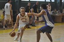 Písecký Kostohryz (s míčem) se snaží přejít přes hráče soupeřova družstva v jednom z předchozích zápasů druhé ligy basketbalistů. Minulý víkend sehráli Sršni další dvě utkání na západě Čech..