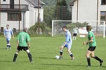 Fotbalisté Mirotic (na snímku v modrobílých dresech) zvítězili v utkání okresního fotbalového přeboru na hřišti v Kostelci nad Vltavou 6:4.