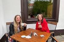 Restauratéři se těšili na své zákazníky, lidé na zahrádky přišli navzdory chladnějšímu počasí.