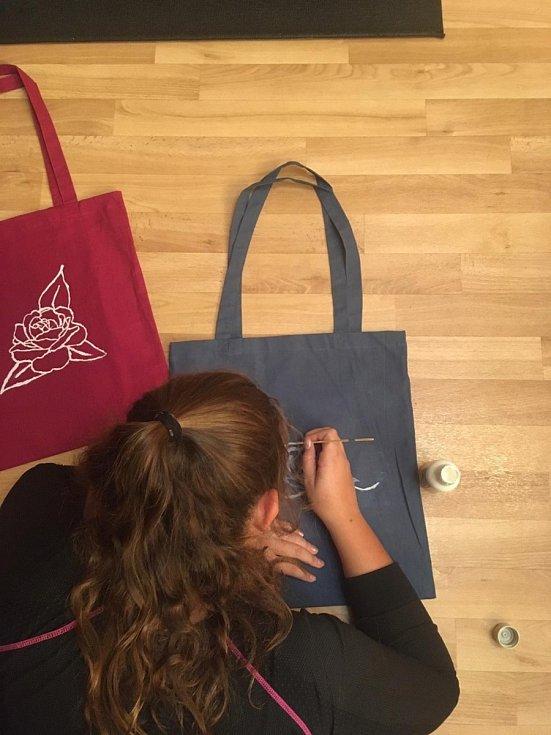 Studentská firma písecké obchodní akademie vyrábí textilní tašky a roušky.