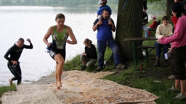 Plavecká část letošního ročníku Zátavského triatlonu se odehrávala ve vodách Podkostelního rybníka v Putimi.