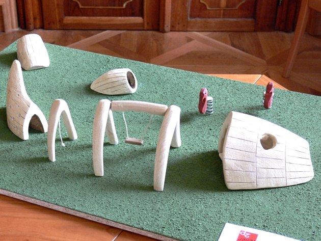 """před restaurací U Reinerů multifunkční plastika """"Bílá velryba"""" (na snímku) s houpačkou, prolézacím tunelem pod úrovní terénu a mořskými koníky. Autorem je písecká firma Ateliér 2p, projekt bude stát asi 400 tisíc korun."""