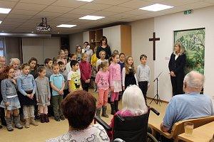 Žáci z Tylovky potěšili klienty Diakonie