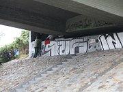 """ZIMA je tady a ukazuje se v celé své kráse. Bezdomovci na Chomutovsku hledají nová místa, kde se před ní schovat. V uplynulém týdnu našli strážníci jednoho muže podřimovat na trubkách, jejich pomoc však odmítl. Sbalil si své věci a šel hledat nový """"flek""""."""