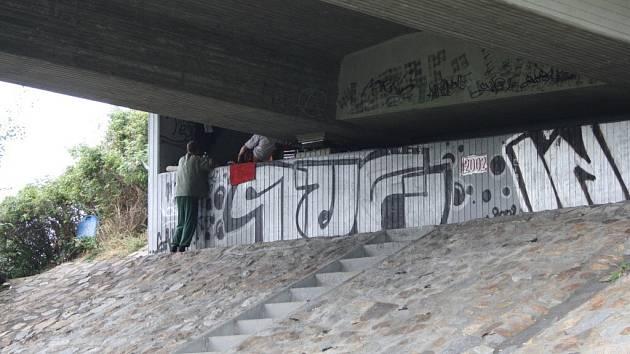 Bezdomovci v Písku přebývají pod mostem za Lidlem.