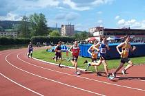 Ondřej Kohout (celý v černém) na trati 1500 m.