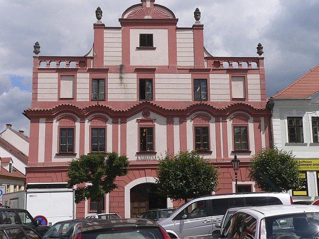 Historická budova na Alšově náměstí v Písku, kde knihovna sídlí od roku 1970.