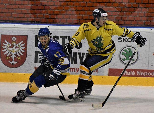 OPORA píseckých hokejistů Jan Sýbek (vlevo) se proti Šumperku tentokrát střelecky neprosadil, na oba góly ale asistoval. Sýbka brání šumperský útočník Dominik Pokorný.