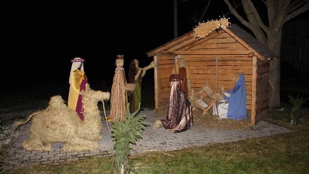 Slaměný betlém v životní velikosti si vyrobili lidé ve Zbelítově podle návrhů manželů Přibylových.