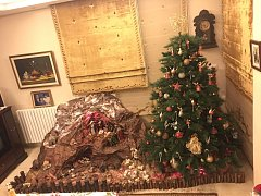 Na Vánoce jsou v Libanonu v křesťanských rodinách tradicí vánoční stromek a betlém. Ten na snímku  je dílem  Genevie  Rachid Mustaffa.