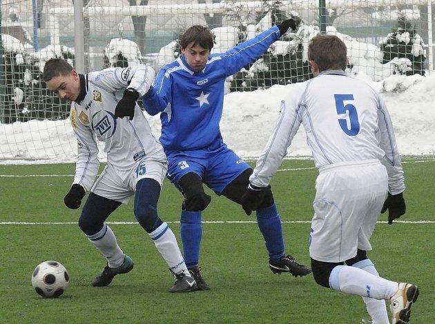 Milevský Barda (vlevo) uniká Filipovi v zápase Hlubocké zimní ligy, ve kterém divizní fotbalisté Milevska zvítězili nad týmem Vodňan 2:0.