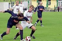 ZBYTEČNÁ PROHRA. Hostující Schotterl (v tmavém) bojuje o míč s Kosobudem, vzadu všemu přihlížejí jeho spoluhráči Kostka a Šácha, vpravo je Šámal. V sobotním utkání fotbalové divize  prohrál FC Písek na domácím hřišti s Domažlicemi 0:1.