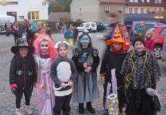 Halloweenský průvod v Miroticích.