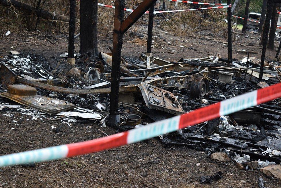 Kemp Radava 17. července 2021, necelý týden po požáru, který zničil 11 karavanů.