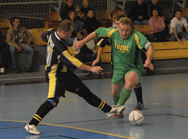 Kanonýr Petr Zajíček (u míče) vstřelil tři góly za mužstvo Palmy ve dvou finálových zápasech play off v okresním přeboru ve futsalu-FIFA proti Dream Teamu.