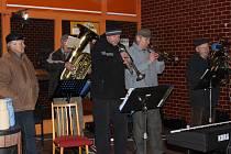 V SOBOTU V CHYŠKÁCH rozsvítili vánoční strom. Na návsi ke slavnostní atmosféře přispělo i dechové kvarteto s harmonikou.