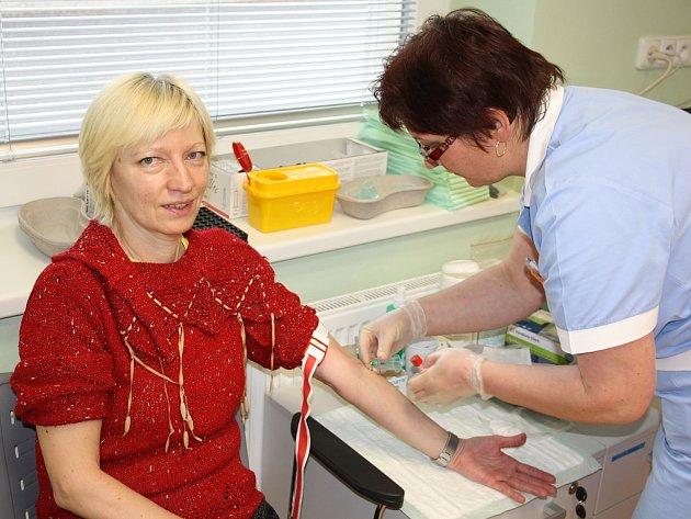 VYŠETŘENÍ. Poznat svůj zdravotní stav přišla v minulém týdnu do písecké nemocnice i Květoslava Kautzká z Písku. Na snímku podstupuje odběr krve.