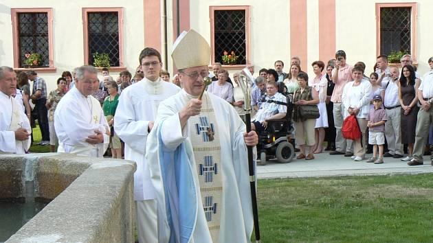 Nově zrekonstruovanému nádvoří milevského kláštera premonstrátů požehnal a rovněž vedl slavnostní bohoslužbu opat strahovský Michael J. Pojezdný.