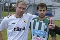 Oba hráči se střetli na hřišti v průběhu zápasu třetí fotbalové ligy: vlevo Jiří Chrdle (FC Písek), vedle něho Jiří Šisler (FK Bohemians Praha).