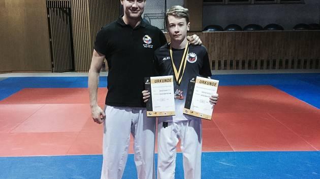 Závodník SKP karate Písek Dominik Smola s trenérem Davidem Krejčou.