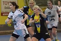 Písecké interligové házenkářky Pavla Sukdoláková a Michaela Borovská (v tmavém) by měly patřit k oporám svého týmu v sobotním utkání třetího kola nadstavby o 5. - 8. místo, ve kterém hostí tým Olomouce.