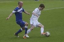 Michal Mašát (na snímku vpravo, atakuje ho strakonický Ivo Táborský) se jedním gólem podílel na vysoké výhře fotbalistů FC Písek v třetiligovém zápase v Hlavici v poměru 7:1. V sobotu hostí Písek doma Zápy.