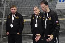 CO VYMYSLÍ? Zleva asistent Jan Slavík, lékař Rudolf Žaba a trenér Písečanek Vladislav Jordák.