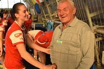 DNES dělá Arnošt Raník při utkáních Mol ligy pořadatele. Na snímku se vítá s hráčkou Slavie Magdalenou Svobodovou.