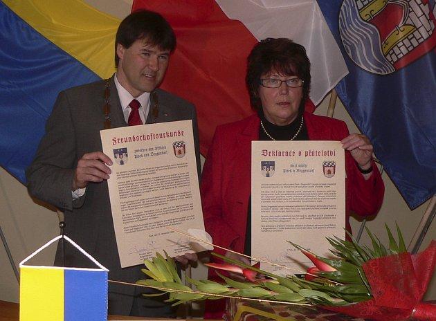 22. listopadu podepsal starosta města Písek Miroslav Sládek a primátorka města Deggendorf Anna Eder Deklaraci o přátelství mezi městy.