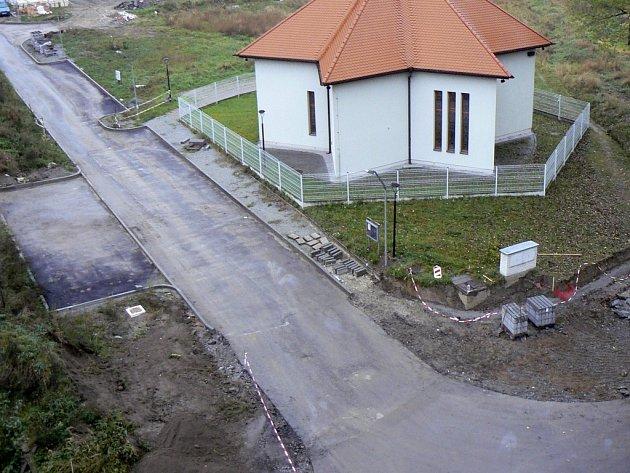 Pohled z oken chodby panelového domu v ulici K Háječku na rozestavěnou křižovatku u kaple v Písku na Hradišti. Vlevo i vpravo od nové komunikace byla místa na parkování. Náhrady se lidé snad dočkají až vznikne nový územní plán města.