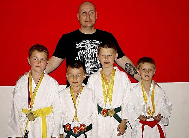 Na snímku jsou karatisté Budo školy KK Písek se svým trenérem Karlem Kolerusem. Zleva stojí: Jiří Chudomel, Tomáš Nechyba, Jakub Schánilec a Michal Voldřich.