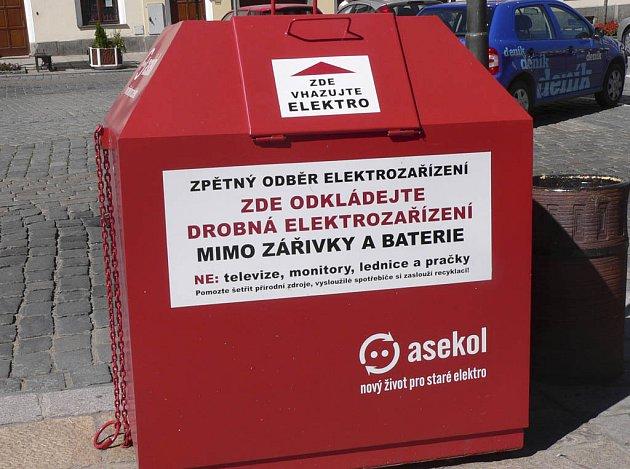 Jedna z nádob na elektroodpad stojí na Velkém náměstí v Písku