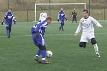 PRVNÍ ZÁPAS. Milevský Michal Rajtoral (vpravo, přišel z FK Protivín) brání v rozehrávce  Maruškovi v úvodním střetnutí zimního fotbalového Platan Cupu v Písku, ve kterém mužstvo FC ZVVZ porazilo Týn nad Vltavou 2:0.