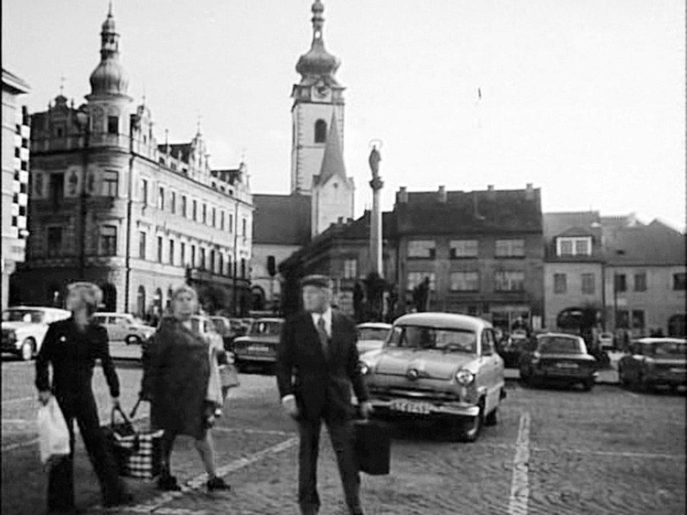 NÁMĚSTÍ. Záběr z Alšova náměstí se filmařům líbil, do cesty z nádraží ale nezapadá.