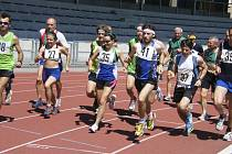 Muži a ženy měli společný start. Na snímku je s číslem 35 Lenka Všetečková, vítězka kategorie žen 20 – 34 let, s číslem 27 běží Anita Šurmová, která ve stejné kategorii skončila druhá. S číslem 41 běží Ladislav Stejskal, vítěz kategorie muži 20 – 39 let,
