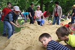 Cipískoviště začalo v pátek programem v Palackého sadech, kde mateřinky soutěžily ve stavbě hradů z Písku.