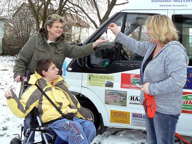 Na snímku předává ředitelka Krtečka Vanda Moravová klíč od vozu Ivaně Dlouhé, řidičce střediska a mamince Vašíka, který byl první, kdo se v novém autě svezl.