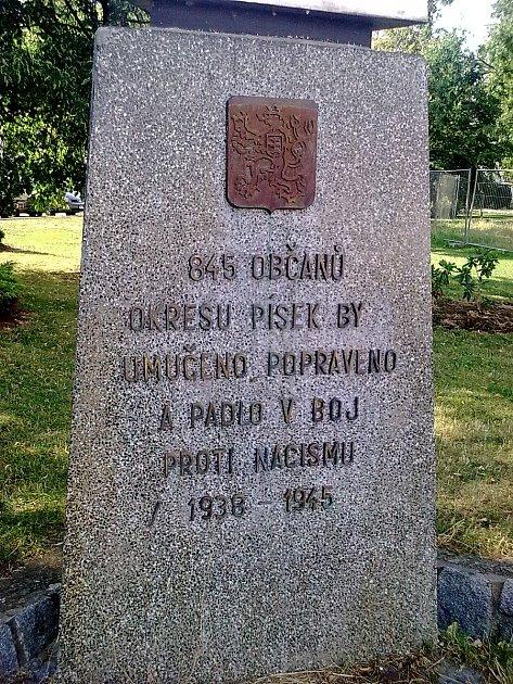 Poškozený památník.