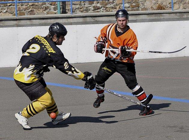 Na snímku je táborský Tender (vlevo) v souboji s domácím Kozákem v utkání Českého poháru hokejbalistů, ve kterém HC ŠD Písek porazil SK Tábor 7:4.