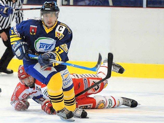 ÚVOD JIM NEVYŠEL. Kapitán týmu HC ZVVZ Richard Pitel ujíždí ležícímu soupeři v utkání prvního kola druhé hokejové ligy, ve kterém Milevsko prohrálo doma s Pelhřimovem 3:6.