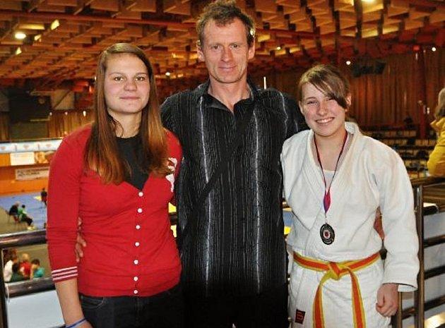 Na snímku jsou (zprava): šťastná Kristýna Račanová s medailí a její doprovod – trenér Miloslav Mikeš a česká reprezentantka Alice Matějčková.