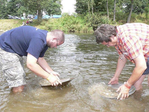 V přírodním areálu u  Otavy v Kestřanech  budou rýžovníci opět hledat zlatinky v písku řeky. Snímek je z minulého ročníku.