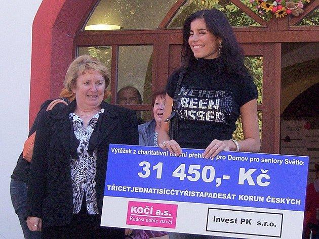 Denisa Přibylová, finalistka Miss ČR 2007, předává ředitelce Domova pro seniory Světlo šek na 31450 tisíc Kč.