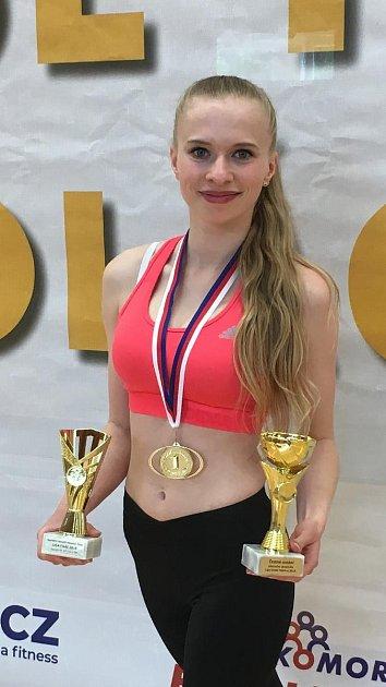 Dagmar Vlčková, členka klubu EDITA Sokol AK Písek manželů Šťastných, vítězka ligy strofejemi bezprostředně po skončení mistrovství České republiky.
