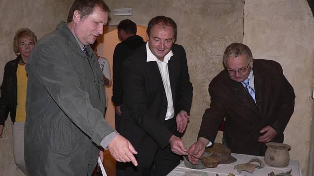 V prostorách kaplanky v Protivíně  byla otevřena výstavka historických předmětů nalezených při rekonstrukci.  V doprovodu starosty Jaromíra Hlaváče (uprostřed) si výstavu prohlédli krajský radní František Štangl a  krajský zastupitel Jiří Netík.